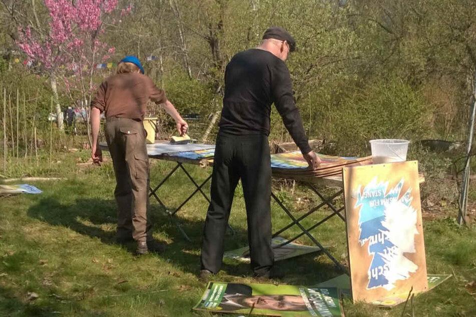 Johannes Lichdi (55, Grüne) samt Helfer beim Plakatekleben.
