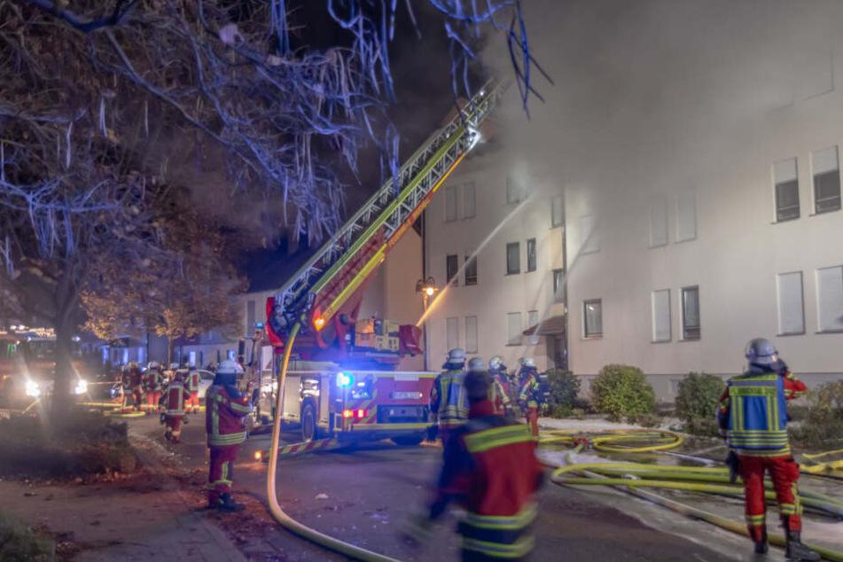 Die Bewohner des Mehrfamilienhauses konnten sich retten. Ein mensch starb jedoch.