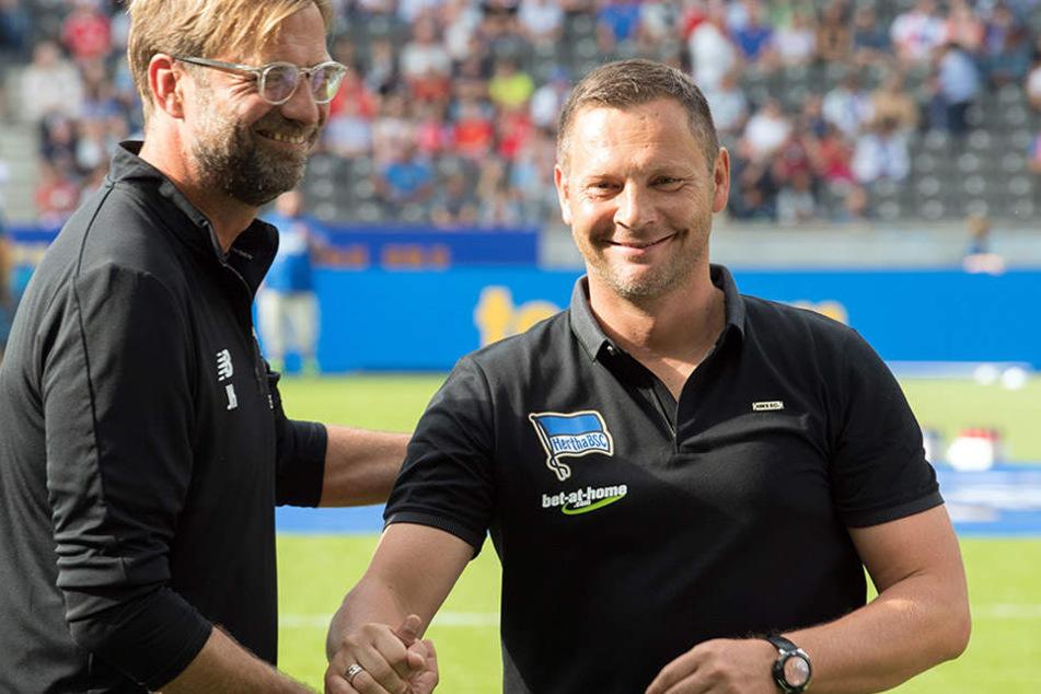 Shakehands zwischen Klopp (l) und Hertha-Trainer Pal Dardai.