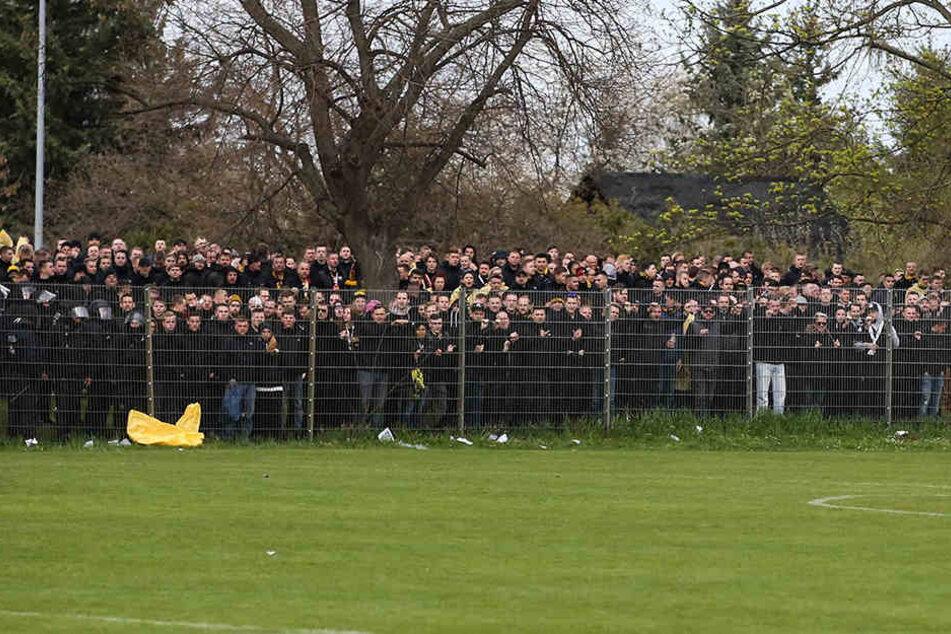 Ausgesperrt! Mehrere hundert Dynamo-Fans mussten beim letzten Auswärtsspiel in Magdeburg draußen bleiben. Ihnen wurde der Zugang zum Gäste-Block verweigert.