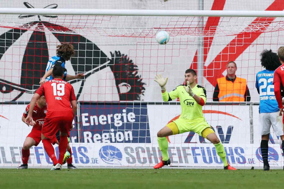 In der 72. Spielminute trifft Yannick Stark zum 0:1 für die Frankfurter.