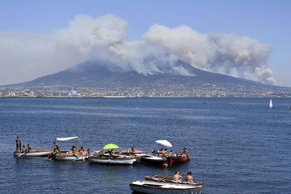 Der Vesuv steht in Flammen: Schwere Brände suchen das ganze Land derzeit heim.