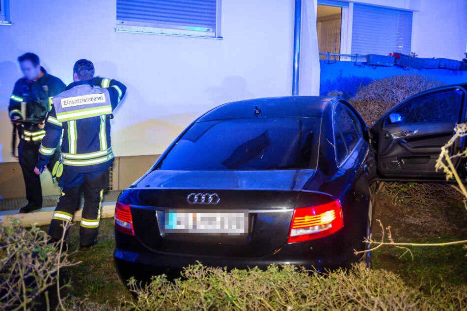 Das Auto kam an einer Hauswand zum Stehen.