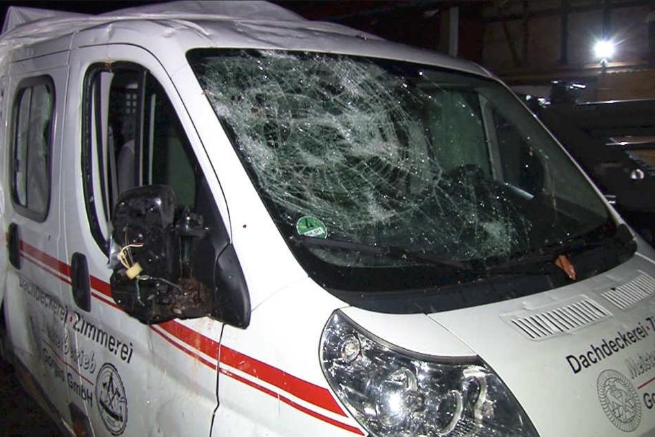 Durch herumfliegende Teile wurden etliche Fahrzeuge beschädigt.