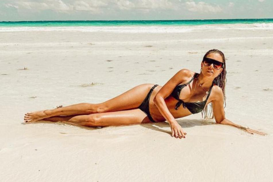 Sylvie Meis räkelt sich im Urlaub am Strand von Tulum.