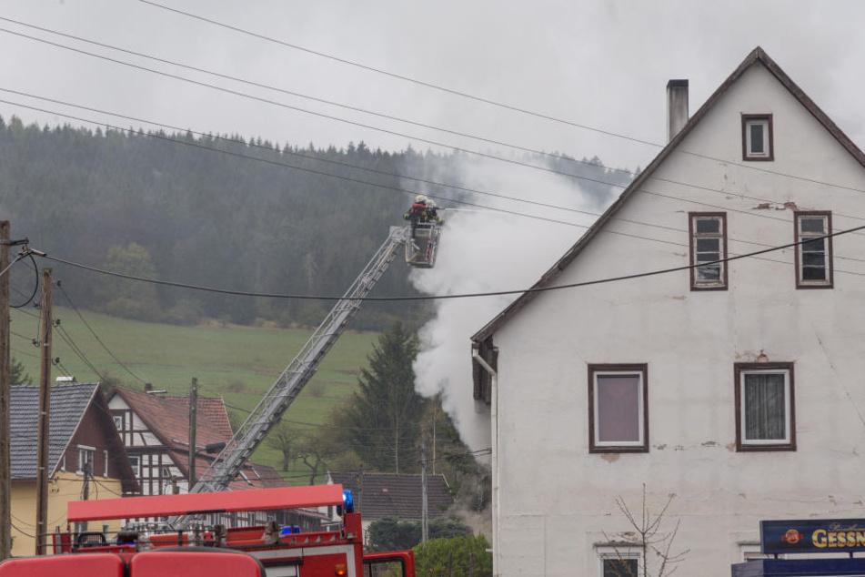 Beim Eintreffen der Feuerwehr drangen dicke Rauchschwaden aus dem Gebäude.