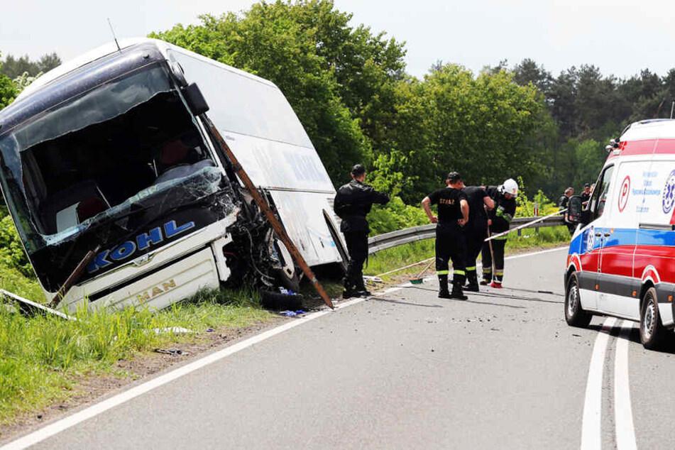 Ein Toter! Reisebus und Pkw krachen zusammen