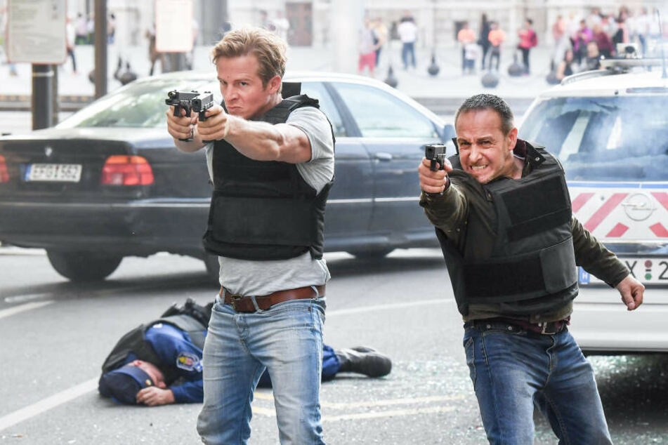 Die Schauspieler Daniel Roesner als Polizist Paul Renner (l) und Erdogan Atalay als Polizist Semir Gerkhan.