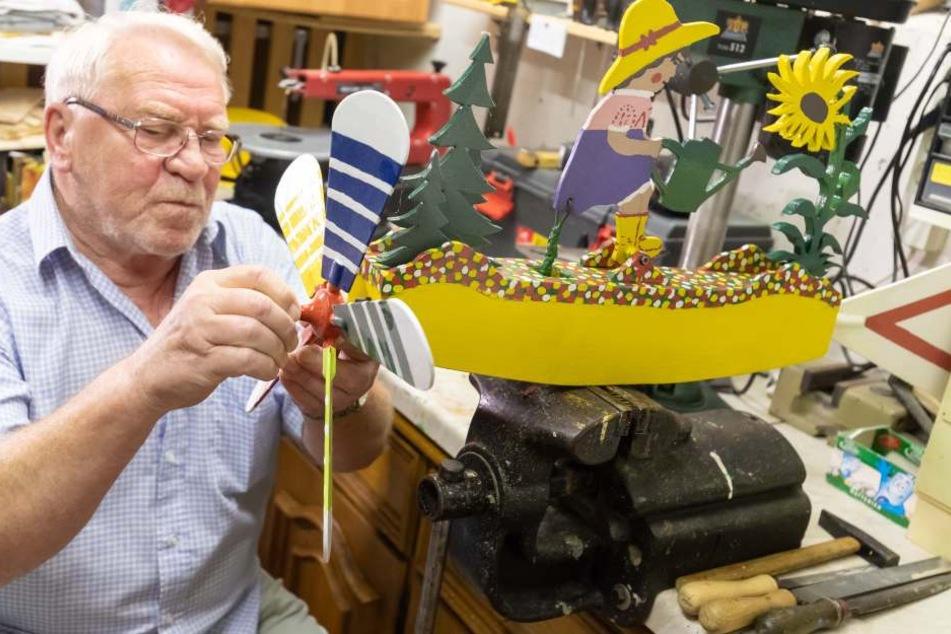 Im Bastelkeller von Michael Hillig nimmt ein buntes Windrad Form an.