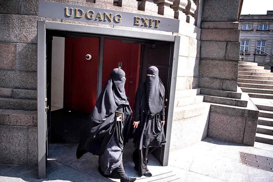 Verschleierte Frauen verlassen das Parlament.