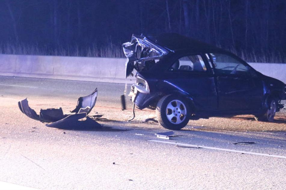 Von einem Pkw war nach dem Unfall nur noch die Hälfte übrig.