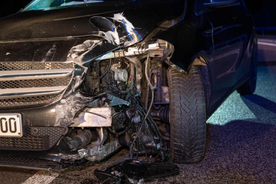 Frau will von A4 abfahren, rast in mehrere Schilder und wird verletzt