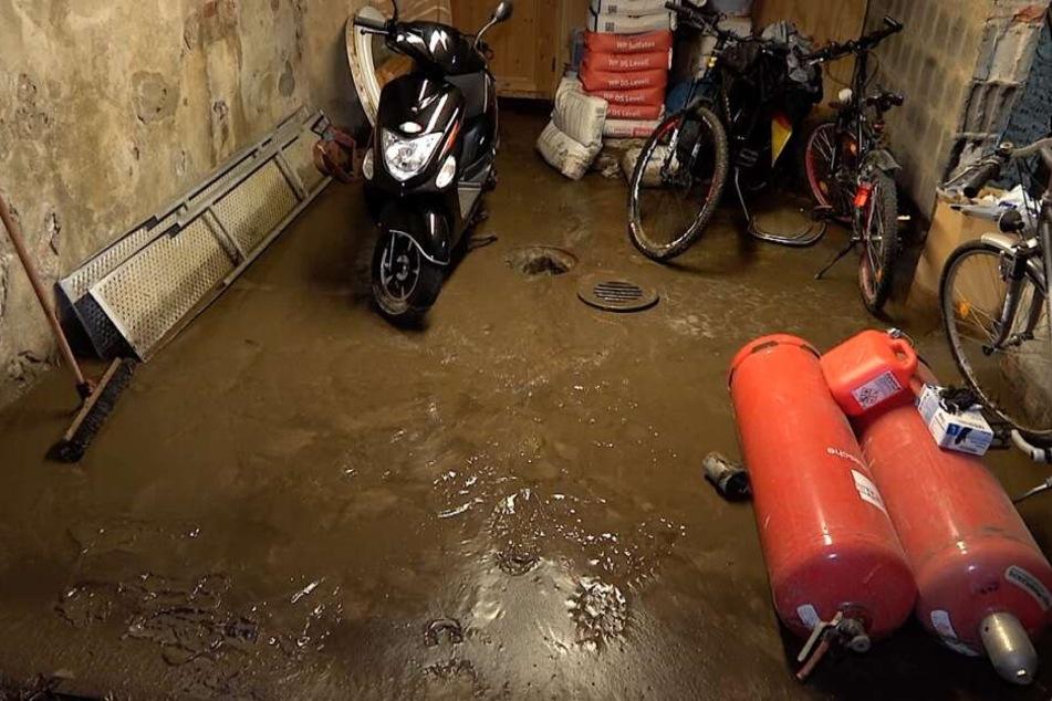 In Völpke drangen Schlamm und Wasser sogar in Garagen und Keller.