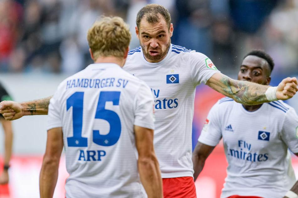 Pierre-Michel Lasogga (M) freut sich mit Vorlagengebener Jann-Fiete Arp über seinen zweiten Treffer.
