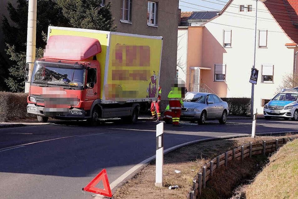 Der Möbelwagen wurde gerade entladen, als der Audi ihn offenbar übersah und in dessen Heck krachte.