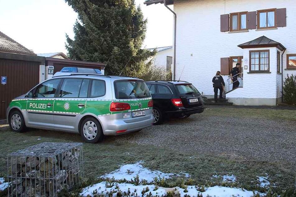 Polizisten betreten am 07. Dezember ein Einfamilienhaus in Dietmannsried (Bayern).