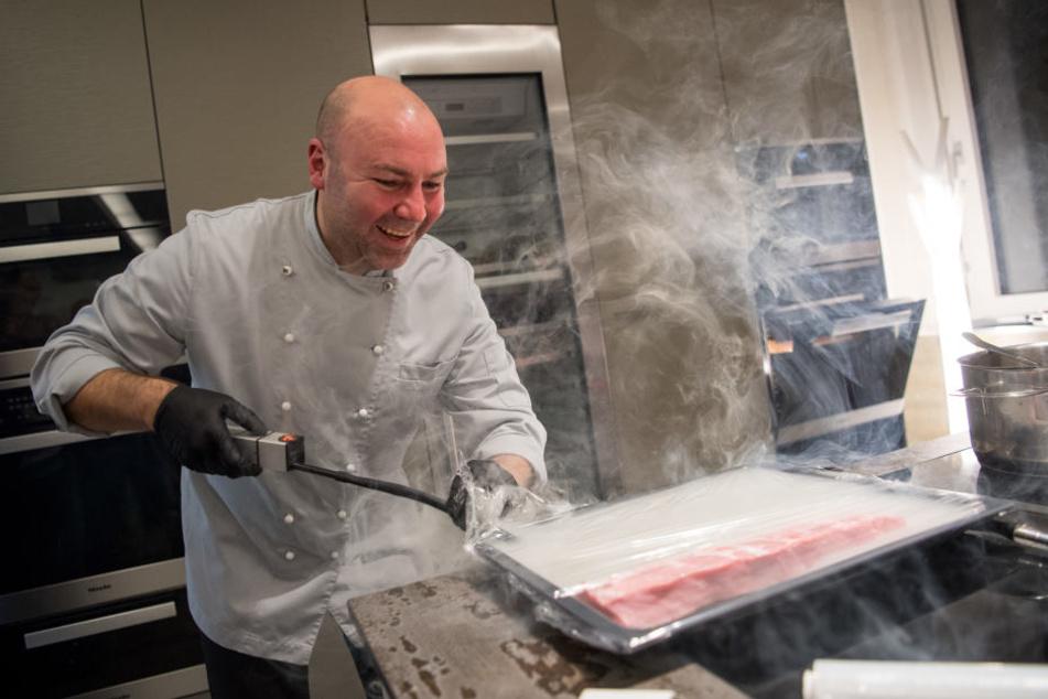 Eberhard Braun bei einem Kochevent in Fellbach. Den Koch kann man für daheim buchen. (Archivbild)