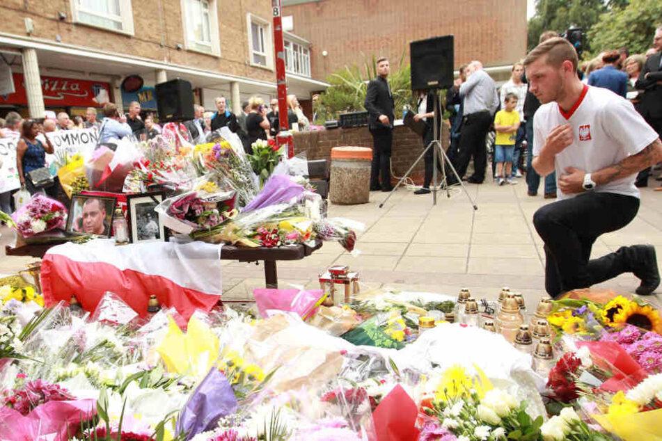 Polnische und einheimische Nachbarn trauern im September 2016 um den ermordeten Arkadiusz Jozwik.