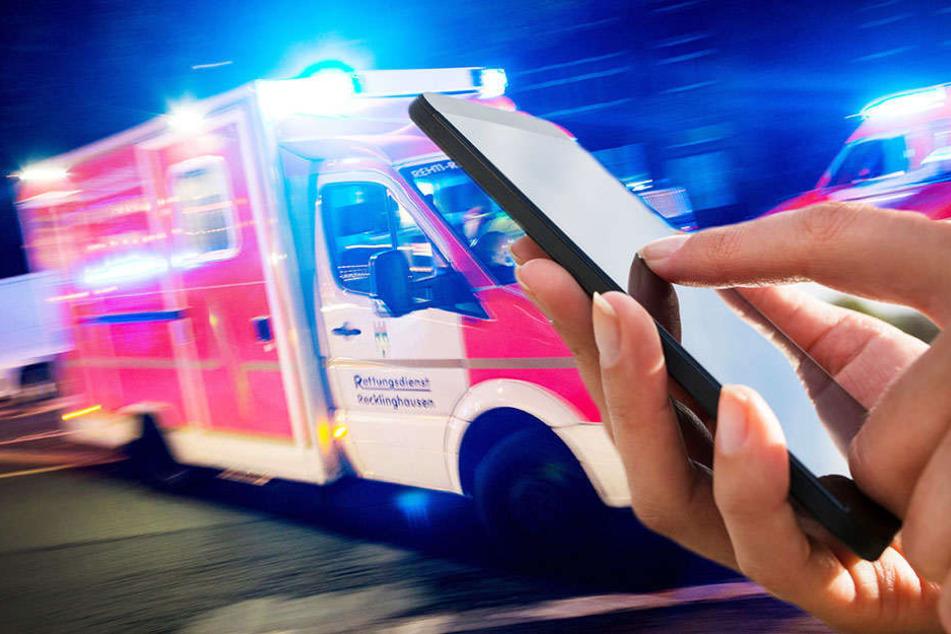 Verkehrsopfer ringt um sein Leben, betrunkener Gaffer hält mit dem Handy drauf