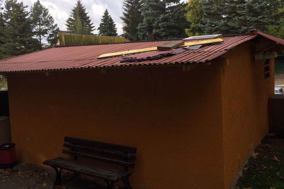Die Täter knackten das Dach und brachen in den Imbiss ein.