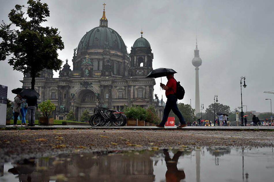 Auch wenn der Berliner Dom schon einiges gesehen und überstanden hat, hinterließ der Regen der vergangenen Tage doch seine Spuren.