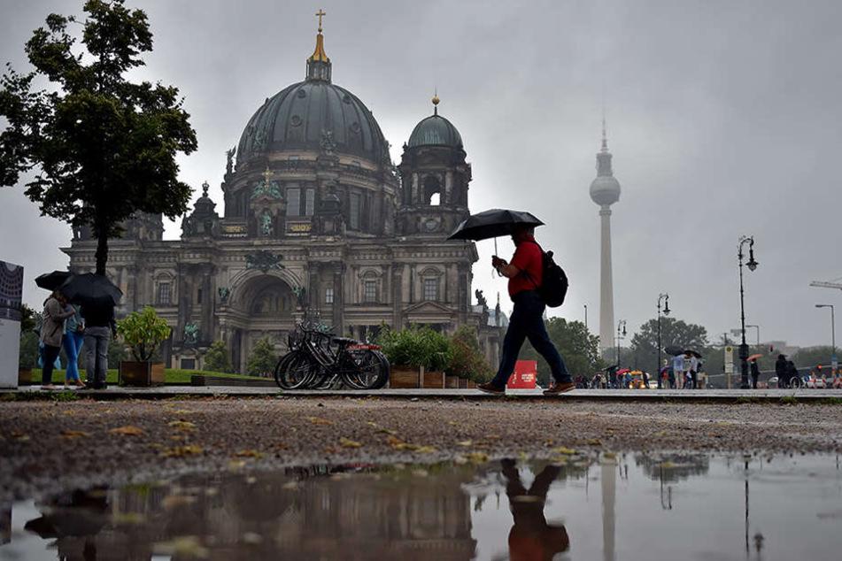Schwere Unwetter: Starkregen beschädigt Berliner Dom