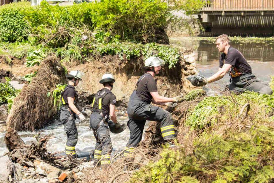 Der am Freitag von Feuerwehrleuten gelegte Damm droht nun zu brechen.