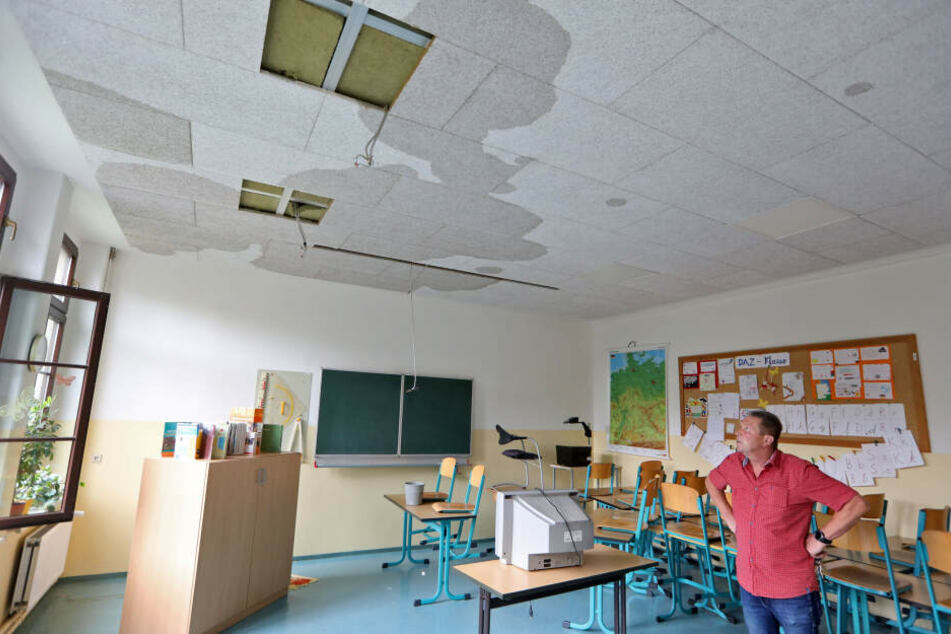 An der Decke von diesem Unterrichtsraum sind noch gut die Wasserflecken zu erkennen.