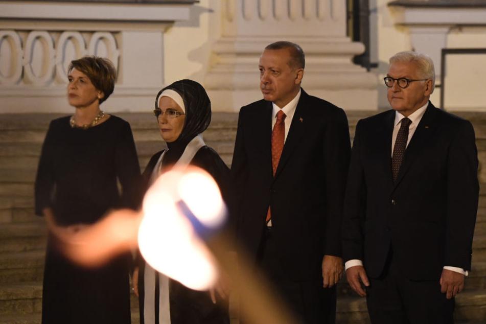 Bundespräsident Frank-Walter Steinmeier (62, v.r.), Präsident der Türkei Recep Tayyip Erdogan (64), seine Frau Emine und Steinmeiers Frau Elke Büdenbender begrüßen vor einem Staatsbankett auf Schloss Bellevue die Gäste.