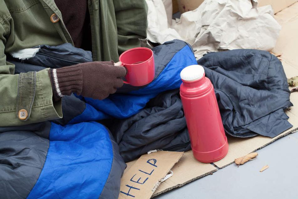 Die Obdachlose (69) hatte ihr Nachtlager im Eingangsbereich des Ärztezentrums aufgeschlagen. (Symbolbild)
