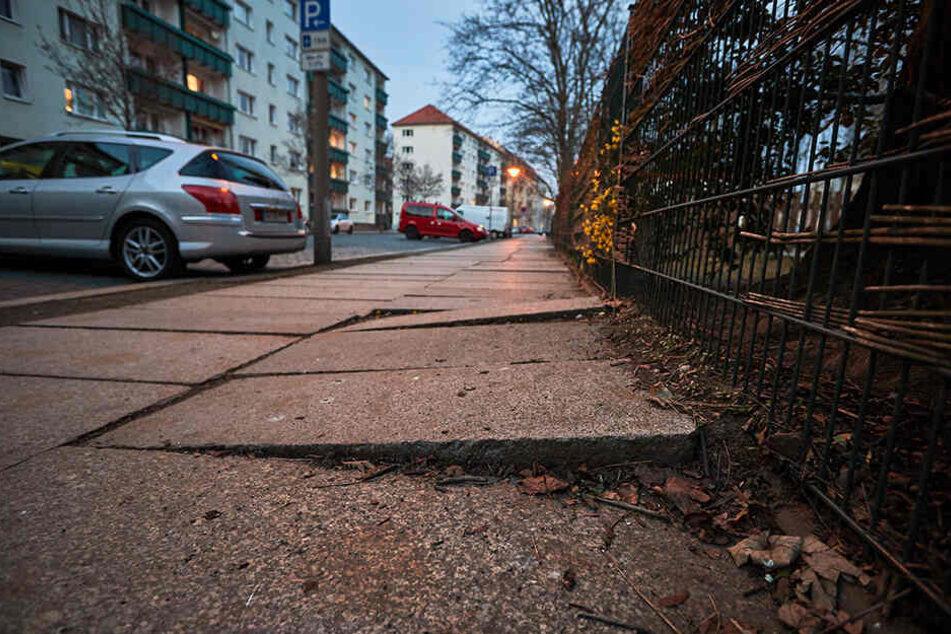 Hunderte Gehwege in Dresden sind in einem schlechten Zustand. Auch der an der Blumenstraße in der Johannstadt. Dieses Jahr soll er aber saniert werden.