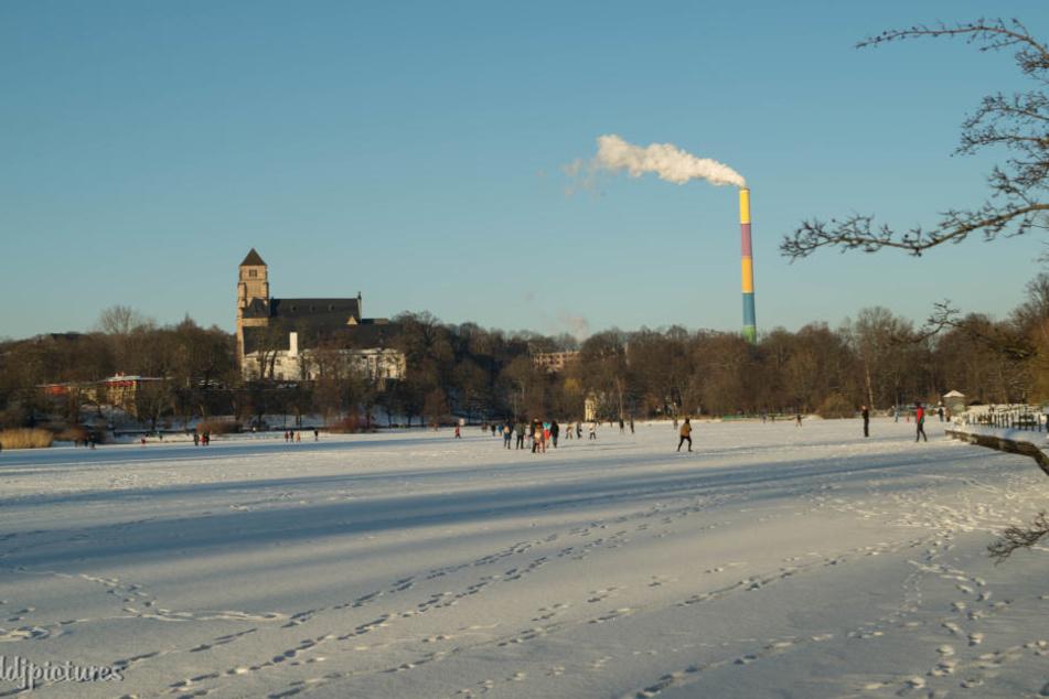Idylle pur! Das herrliche Sonnenwetter mit den eisigen Temperaturen lädt viele Chemnitzer zum und auf den Schloßteich ein.