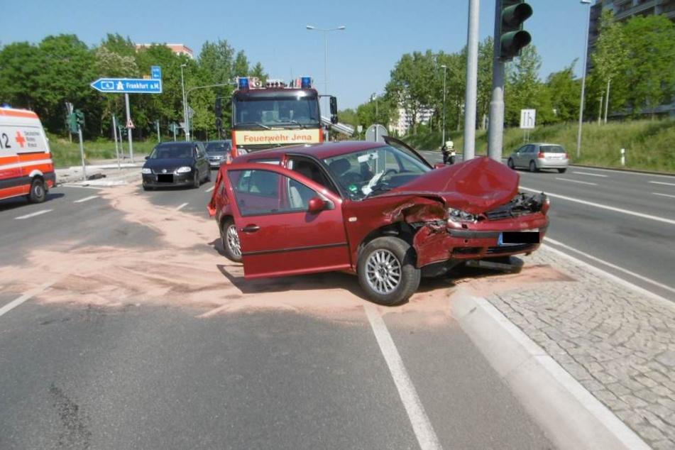 Der Ampelmast stoppte das Auto.
