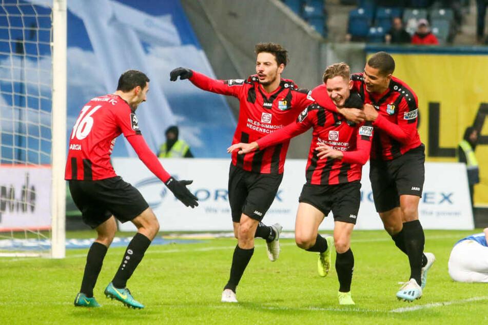 Tor für Chemnitz, Rafael Garcia (l.), Philipp Hosiner, Erik Tallig und Noah Awuku (r.) jubeln nach dem Treffer zum 1:2.