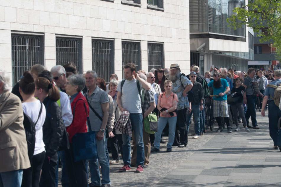 Dicht an dicht stehen Münzsammler rund um das Gebäude der Deutschen Bundesbank, um die neue 5-Euro-Sammlermünze zu erwerben.