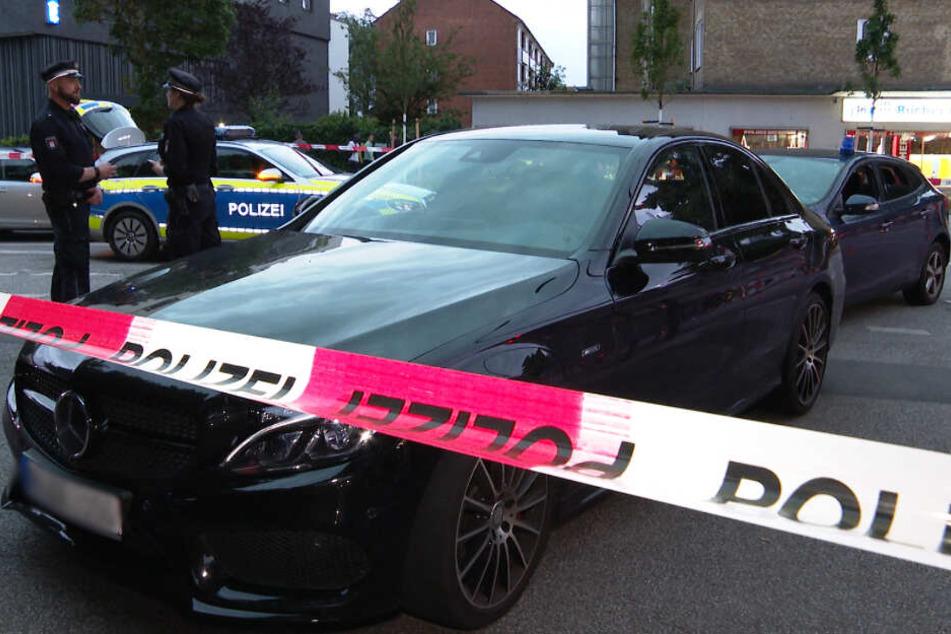 Das Fluchtfahrzeug, ein hochwertiger Mercedes, ließ der Täter einfach zurück.