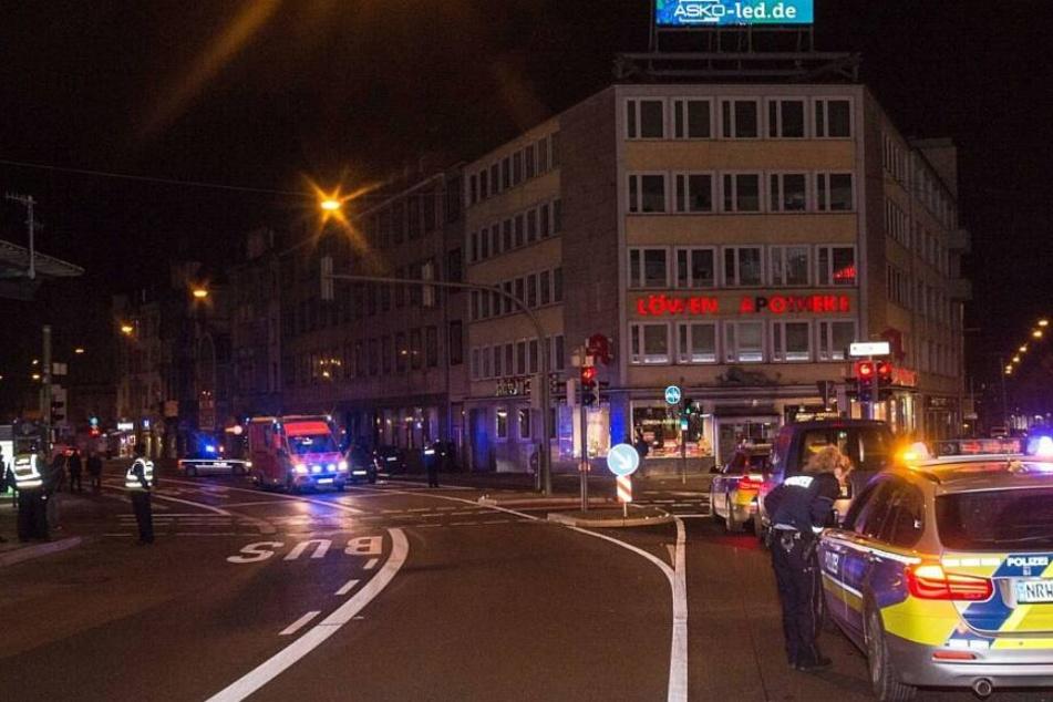 Fußgänger kracht vor Auto, schleudert zur Seite und bleibt auf der Straße liegen