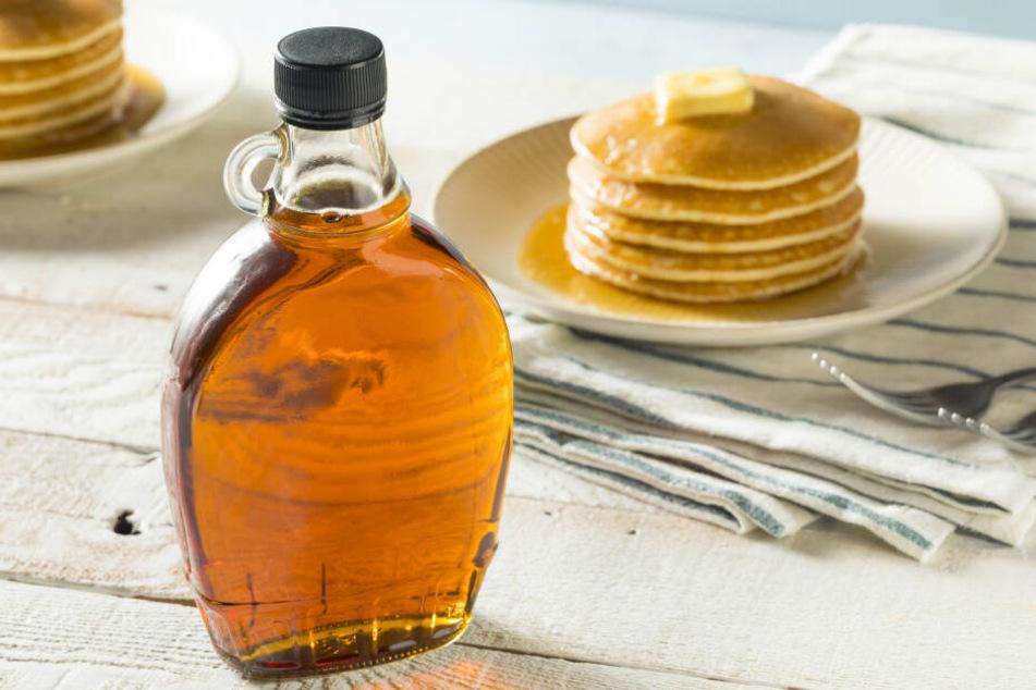 Maple Sirup: Der klassische Begleiter für Pancakes.