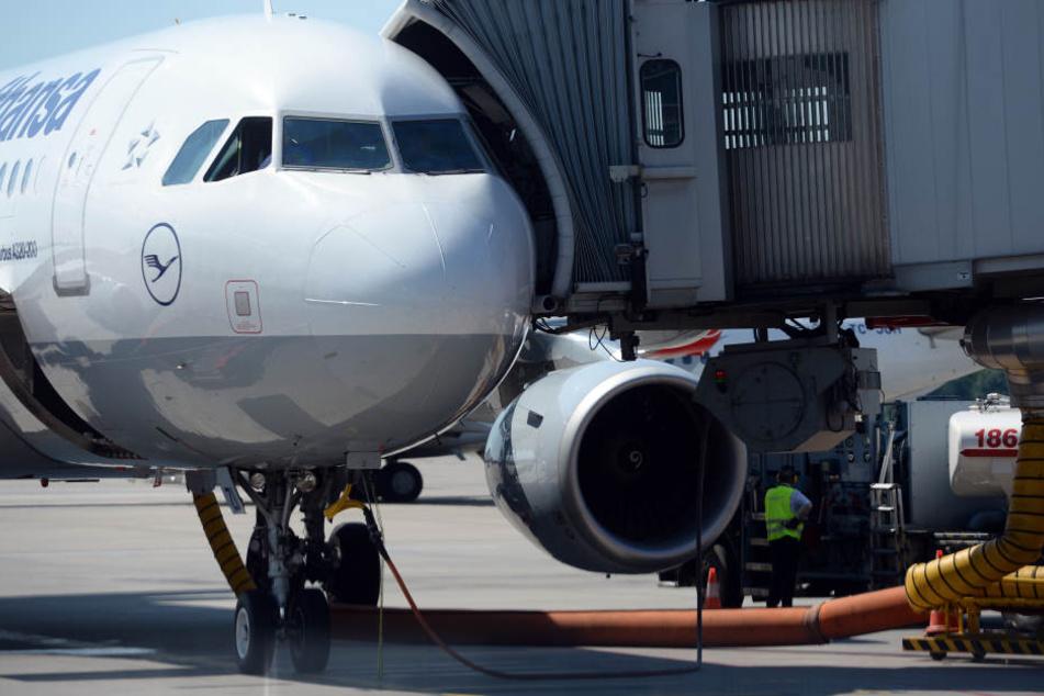 Einige Flieger der Lufthansa bleiben am Dienstag in Hamburg am Boden. (Archivbild)