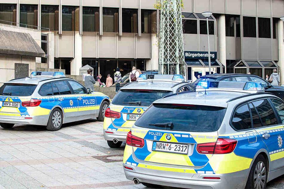 Mehrere Polizeiwagen fuhren zum Einsatzort.