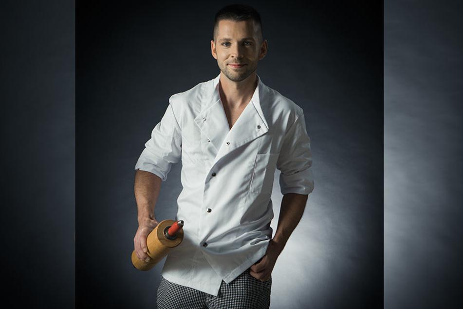 """Die Bäckerjacke ein bisschen weiter geöffnet, in der Hand sein Nudelholz: Bäcker David Haack (32) landete so als """"Mister Februar"""" im Handwerkskalender 2019."""