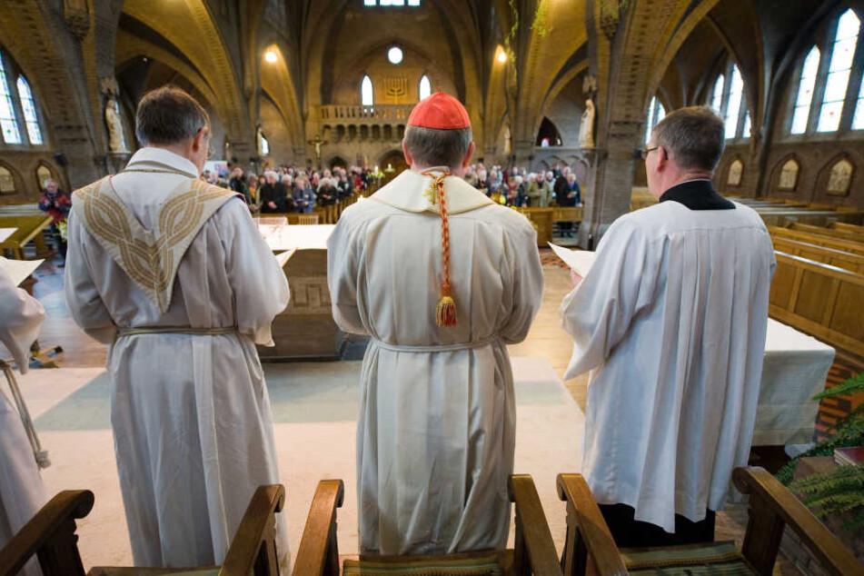Der Priester soll zudem mindestens 100.000 Euro erschlichen haben. (Symbolbild)