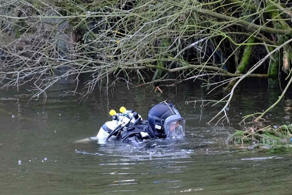 Fahndung im eiskalten Wasser: Polizeitaucher sind auch am Freitag wieder in der Mulde.