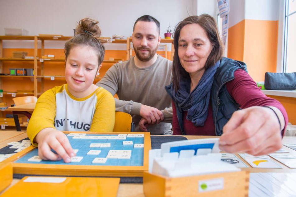 Zweitklässlerin der Montessori-Grundschule, Lena Esche, mit dem Jugendstätten-Geschäftsführer Christoph Stocker und Schulleiterin Irmgard Stocker (53).