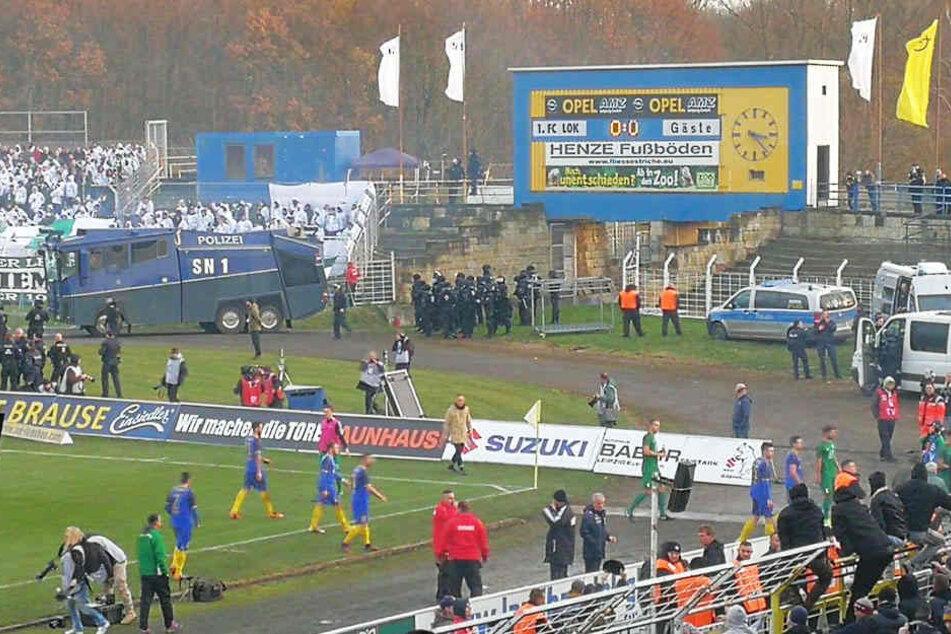 In der 48. Minute mussten die Mannschaften das Spielfeld kurzzeitig verlassen.