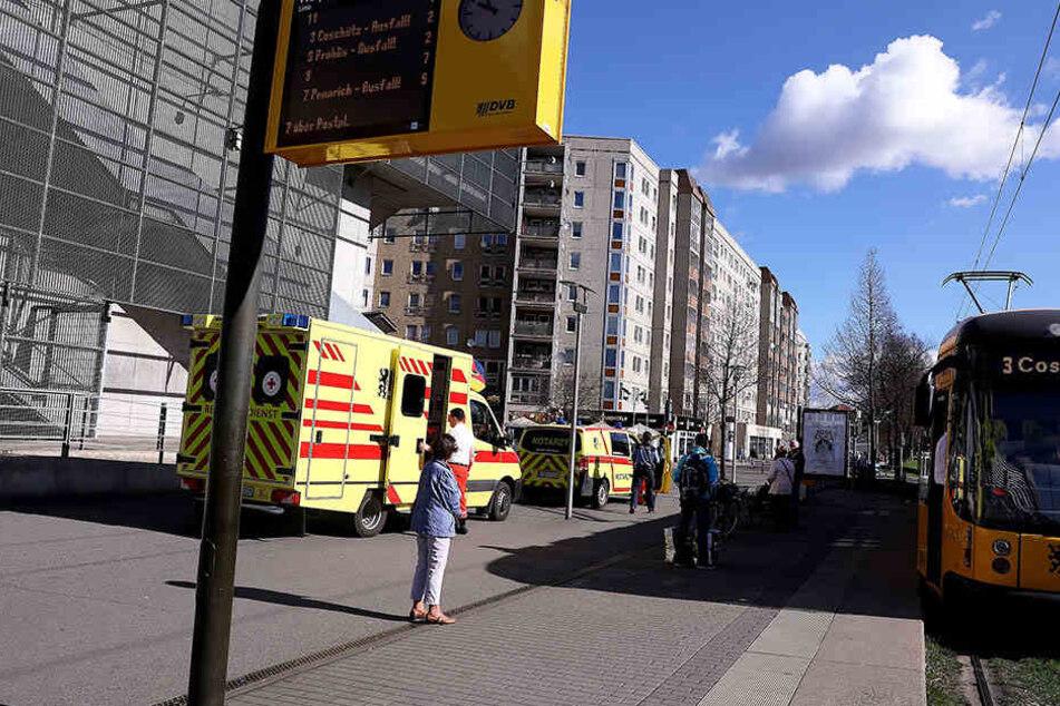 Mehrere Notarztwagen waren an der Walpurgisstraße im Einsatz.
