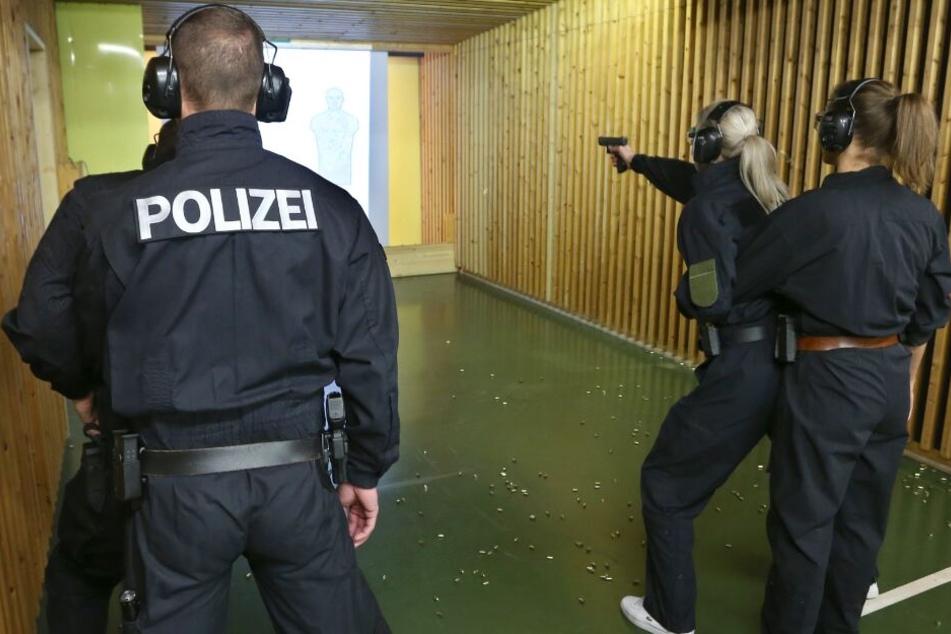 Viele Polizisten schaffen es oftmals nicht, regelmäßig auf den Schießstand zu gehen. (Symbolbild)