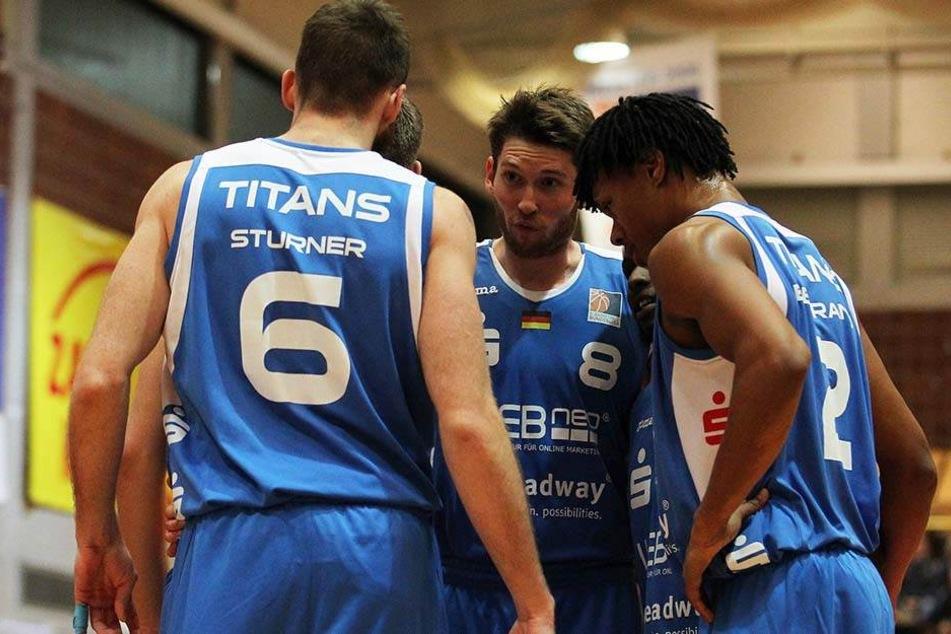 Die Dresdner Basketballer stecken ratlos die Köpfe zusammen (Archivbild).