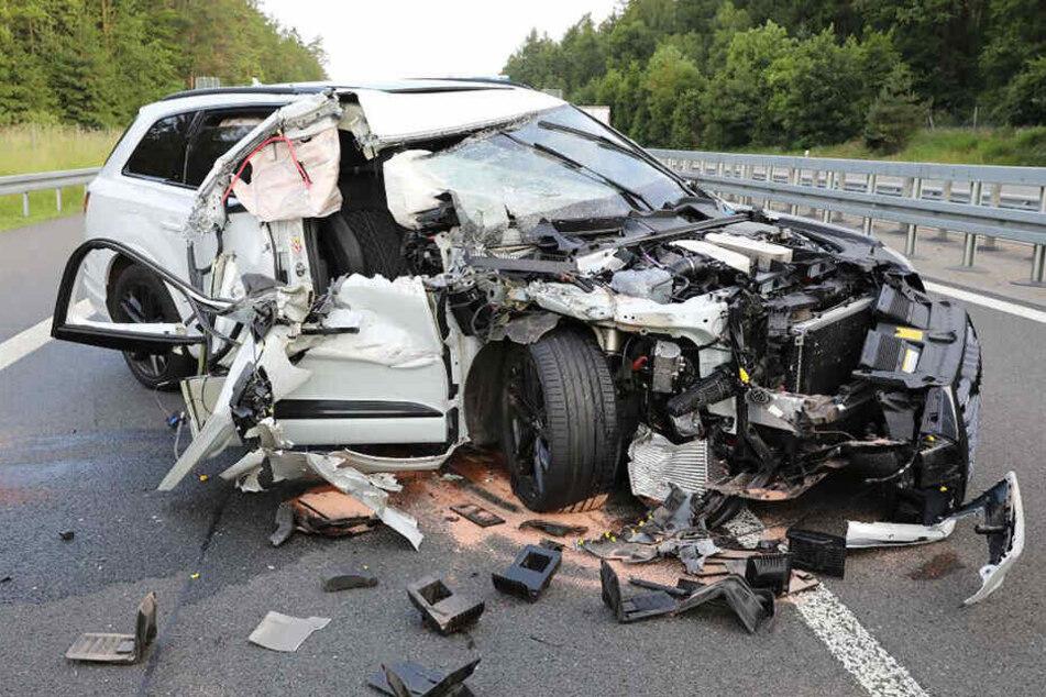 SUV kracht in Laster! Übler Crash sorgt für Sperrung: Verkehrschaos auf der A4