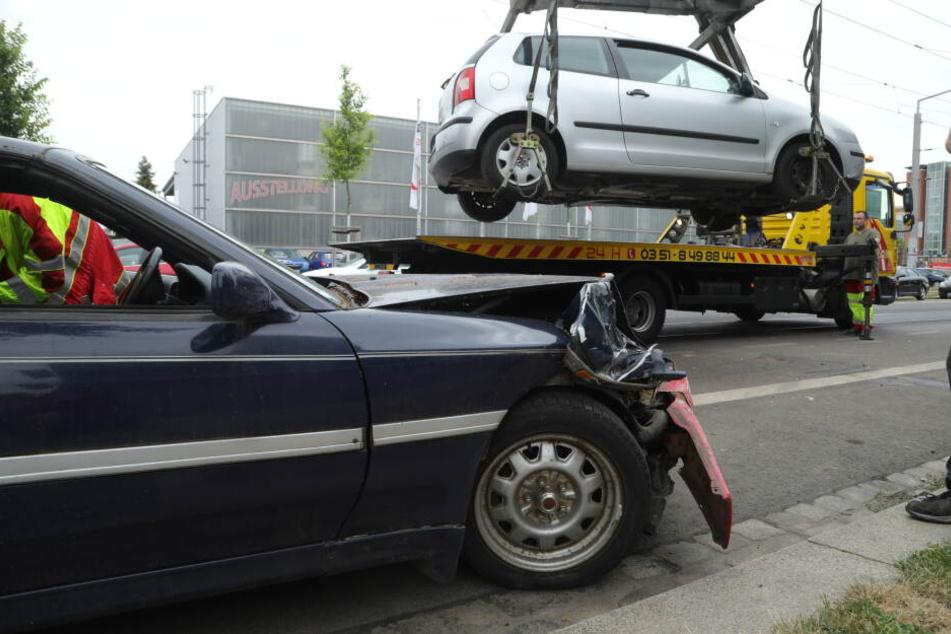 Der Polo musste abgeschleppt werden, der Fahrer wurde verletzt, nachdem ein Mann mit seinem Toyota in seine Wagen geknallt war.
